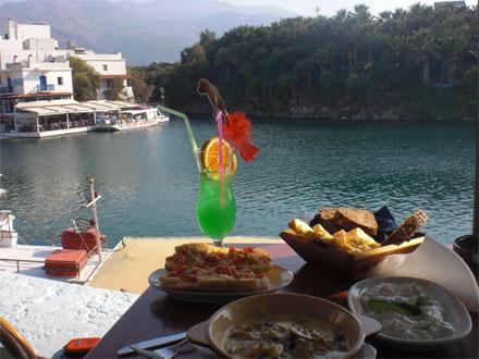 """ארוחה יוונית אוטנתית בעיירה """"מאליה"""" ליד הנמל"""