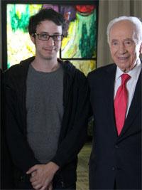 במהלך הצילומים: הנשיא שמעון פרס עם יוני בלוך. צילום: גולן בר שלום